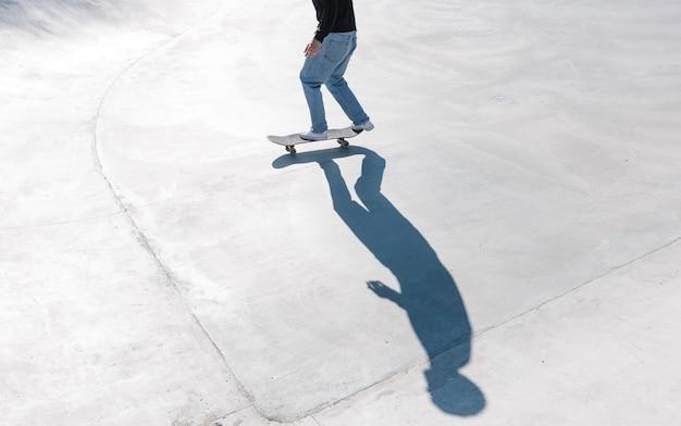 Skateboard all'aperto. pattinatore che pattina in uno skatepark urbano in cemento