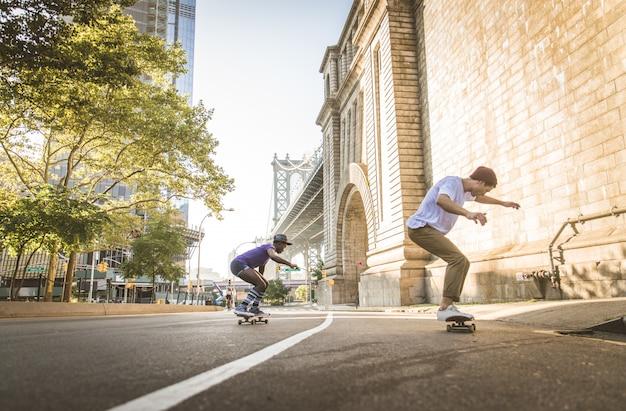 Pattinatori che si allenano in uno skate park a new york