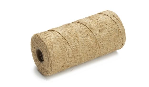 Matassa di corda di iuta ecologica marrone isolata su sfondo bianco