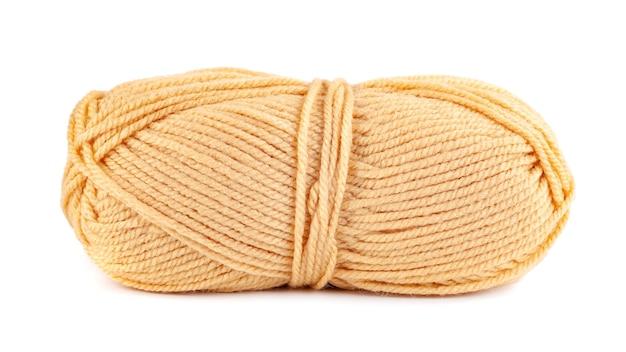 Matassa di oggetto isolato filato di lana giallo