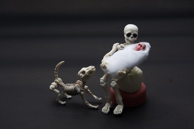 Madre scheletro con i suoi figli e un cane scheletro, momento felice per il bambino nato.