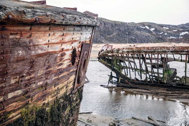 Scheletri di navi naufragate sulla costa