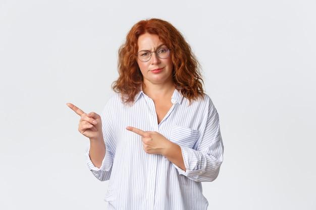 Madre di mezza età scettica e delusa dai capelli rossi