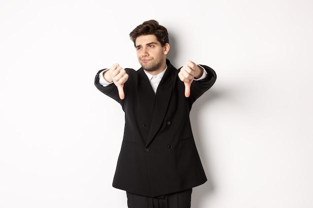 Uomo scettico e dispiaciuto in abito nero