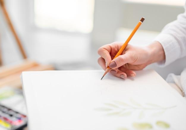 Disegnare con la matita su carta bianca