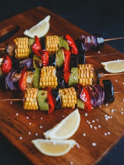 Spiedini di verdure grigliate, mais, zucchine, funghi prataioli, peperoncino