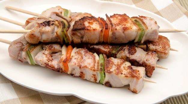 Spiedini di carne su un piatto