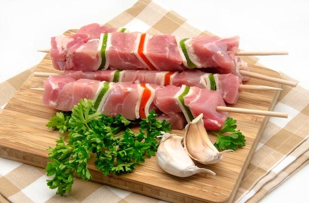 Spiedini di carne su una tavola di legno