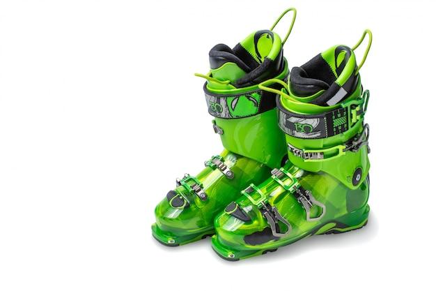 Scarponi da sci isolati su sfondo bianco. scarponi da sci moderni e verdi. paio di scarponi da sci isolati su sfondo bianco.