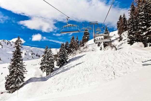 Seggiovia di sci in movimento, fune nelle montagne delle alpi a mayerhofen, austria