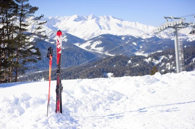 Attrezzatura da sci nella neve, vista panoramica della località sportiva per le vacanze invernali.