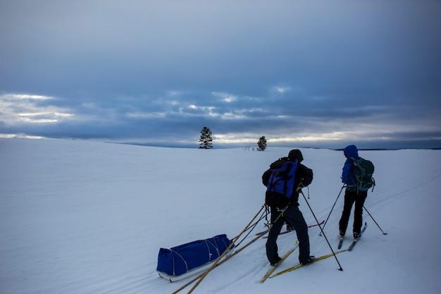 Spedizione di sci nel lago inari, lapponia, finlandia