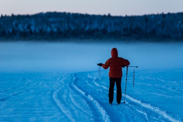 Spedizione di sci a nuorgam, lapponia, finlandia