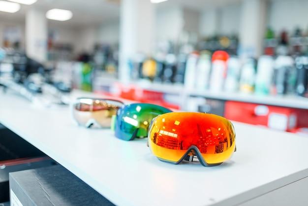 Maschera da sci e snowboard sulla vetrina nel negozio di articoli sportivi, primo piano. inverno estremo, tempo libero attivo, protezione dell'attrezzatura