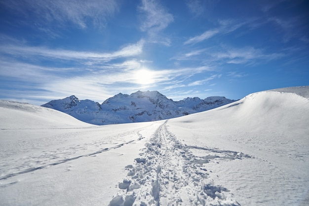 Pista di sci alpinismo sulle alpi svizzere