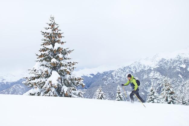 Sci alpinismo con tanta neve fresca un uomo in salita