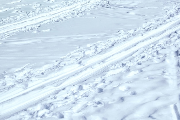 Pista da sci. orme nella neve. parco invernale ghiacciato, lago, fiume. concetto - stile di vita sano, sci