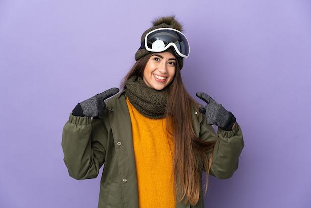 Ragazza caucasica dello sciatore con gli occhiali di snowboard isolati