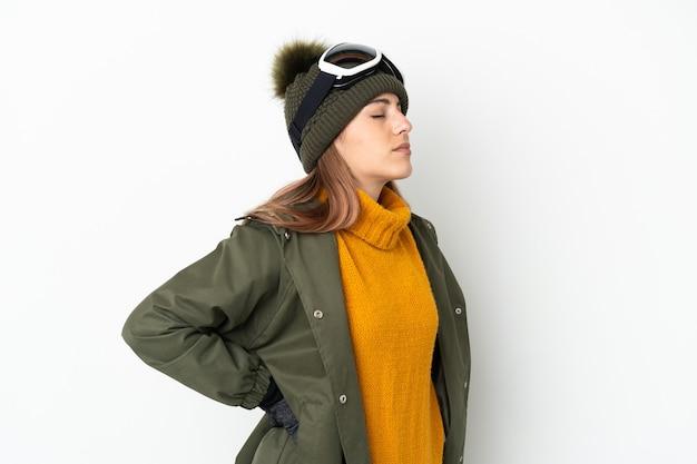 Sciatore donna caucasica con occhiali da snowboard isolati