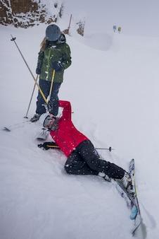 Sciatore che cade mentre scia, whistler, columbia britannica, canada