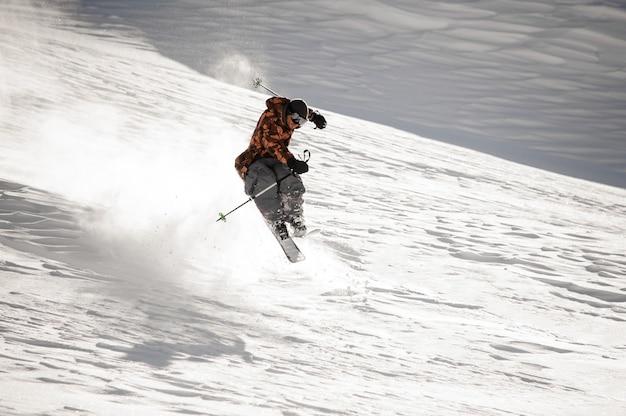 Uomo dello sciatore che fa trucco di salto sulla pista da sci nella famosa località turistica di gudauri in georgia