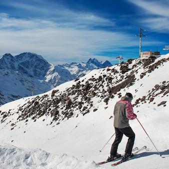 Sciatore alla stazione sciistica. neve in montagna