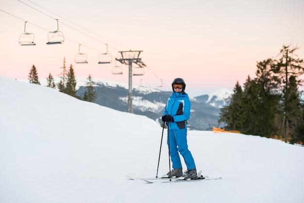 Sciatore alla stazione sciistica in inverno