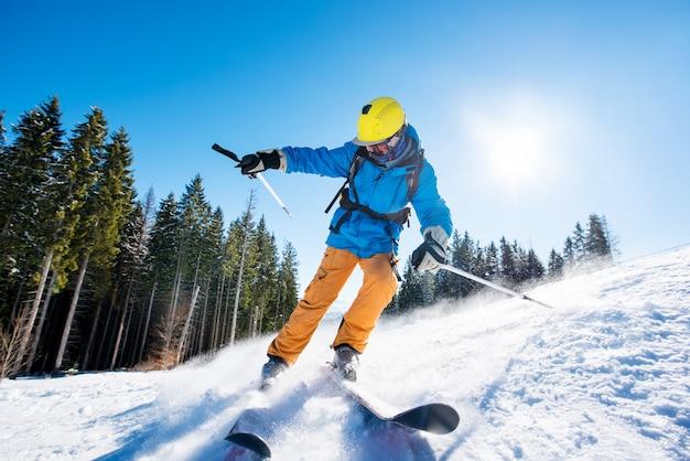 Sciatore che scia in montagna