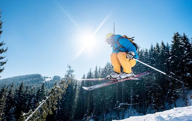 Sciatore sul pendio in montagna