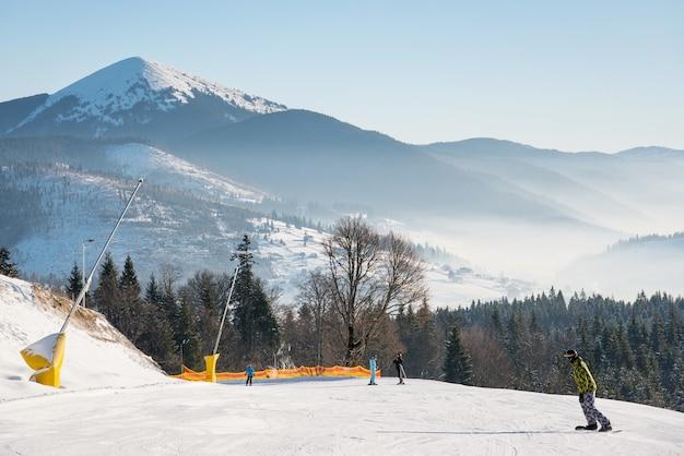 Sciatore in cima alla pista da sci