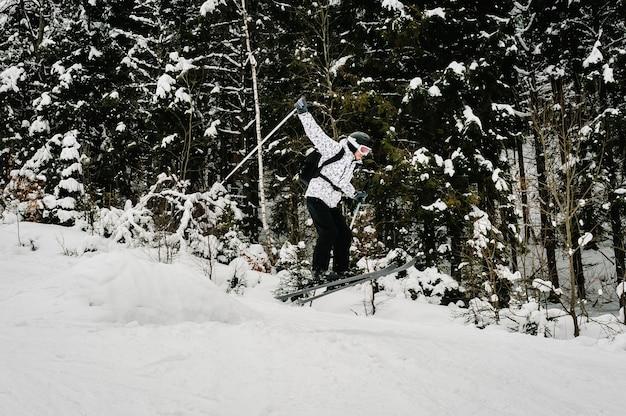 Sciare. sport invernali estremi. sciatore di salto. sci freeride. buon sci sulle montagne innevate. uomo in maschera da sci con gli sci sulla neve nei carpazi.