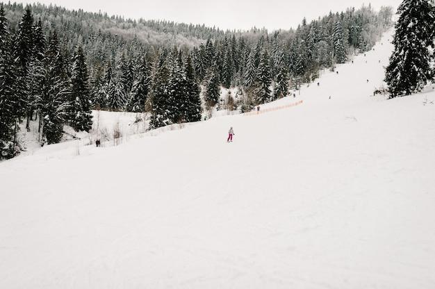 Sciare. buon sci sulle montagne innevate. donna in maschera da sci con gli sci sulla neve nei carpazi.