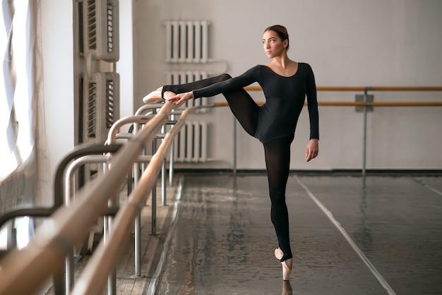 Abilità ballerina in posa in classe di balletto