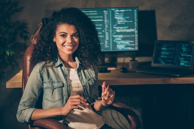 Posa afroamericana della ragazza dell'operaio esecutivo professionale qualificato