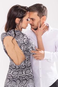 Abili ballerini che si esibiscono nel muro bianco con copia spazio. coppia sensuale che esegue una danza contemporanea artistica ed emotiva