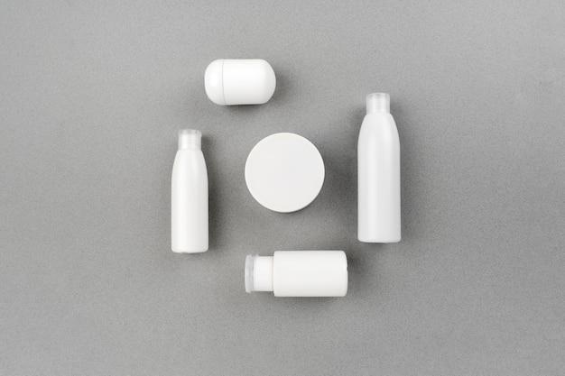Spa per la cura della pelle e del corpo impostata su sfondo grigio astratto. routine di massaggio antietà e acne. copyspace vista orizzontale superiore.