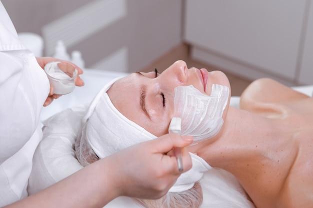 Cura della pelle. trattamento facciale. assistenza sanitaria. volto di bellezza.