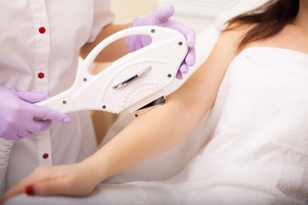 Cura della pelle. mani epilazione laser e cosmetologia. procedura di cosmetologia per la depilazione.