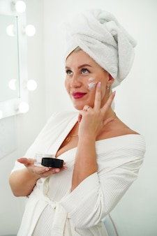 Crema per la pelle concetto di cura del viso per le donne mantenere la pelle idratata regolarmente crema idratante fresca guarire...