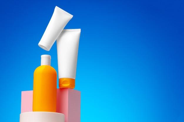 Contenitore di prodotti di bellezza per la cura della pelle su sfondo blu