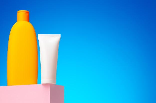 Contenitore di prodotti di bellezza per la cura della pelle contro la superficie blu