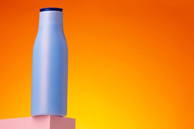 Contenitore di prodotti di bellezza per la cura della pelle su sfondo rosa