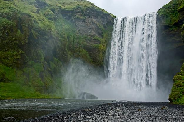 La cascata di skogafoss in islanda