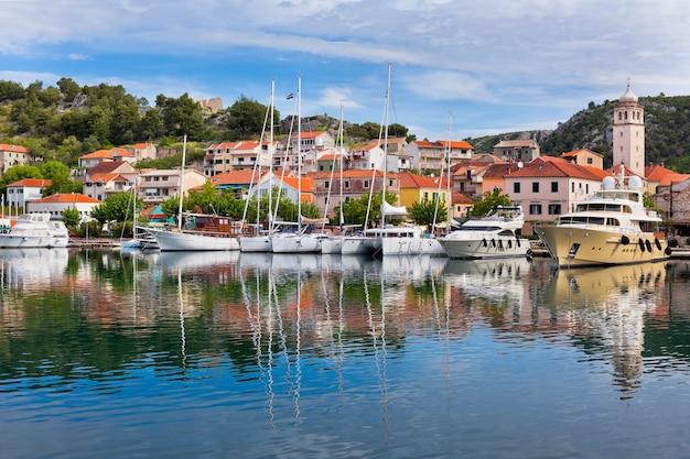 Skradin è una piccola città storica e porto sulla costa adriatica e sul fiume krka in croazia