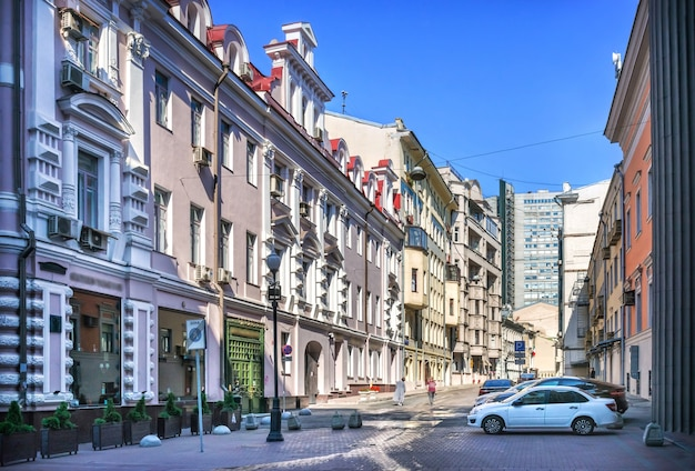 Il condominio di skvortsov in via arbat a mosca in una mattina d'estate