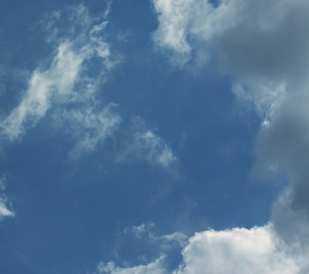 Sfondo cielo con nuvole, sera