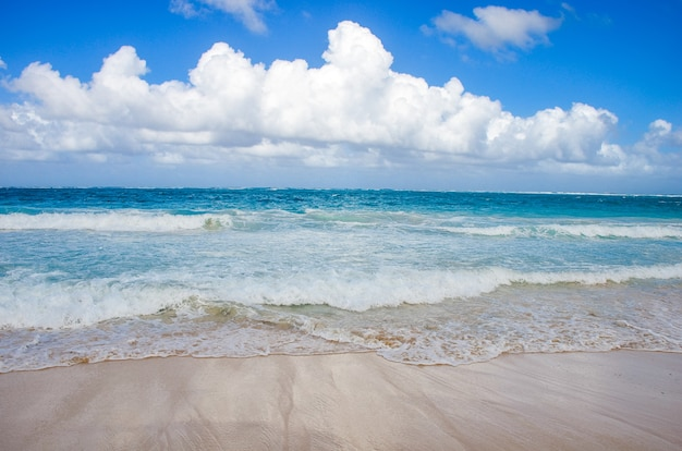 Cielo sopra la spiaggia nella repubblica dominicana.
