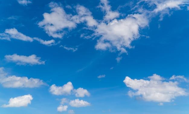 Cielo bellissimo con nuvole bianche e blu alla luce del giorno