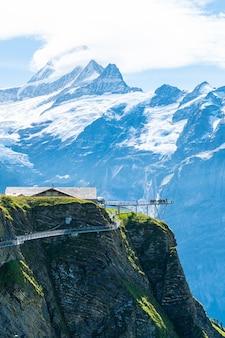 Camminata della scogliera del cielo sul primo picco della montagna delle alpi a grindelwald svizzera