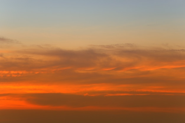 Cielo e nuvole dopo il tramonto, vista del cielo al crepuscolo per la progettazione del paesaggio naturale.